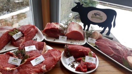 Verschiedenste Fleischsstücke sind auf Teller angerichtet
