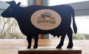 Deko-Kuh mit Grünland Spessart Logo