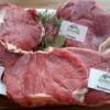 Steaks auf Teller dekoriert